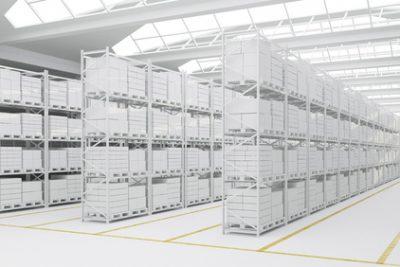 Saubere Lagerhalle mit vielen weien Kartons